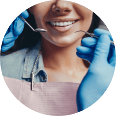 Uśmiechnięta osoba ustomatologa