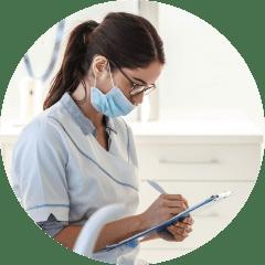 Stomatolog wmaseczce chirurgicznej